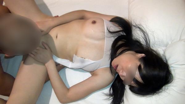 【個人撮影】ご主人様の前で絶倫じじいにエロい身体を犯される色白柔肌妻…ああ!こんなオッサンのチンポがあ~!!